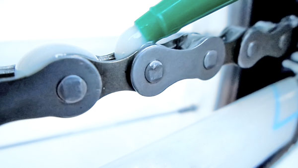 O lubrificante bike seco Puroil Bike Aqua PTFE deixa uma camada polimérica na relação da bike.